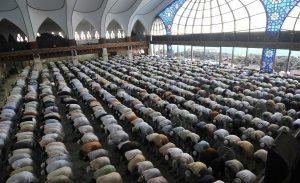 oameni-rugandu-se-islam